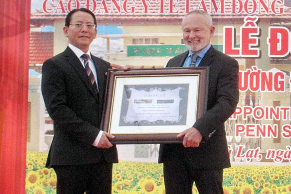 Hiệu trưởng Trường Cao đẳng Y tế Lâm Đồng được bổ nhiệm Giáo sư Y khoa