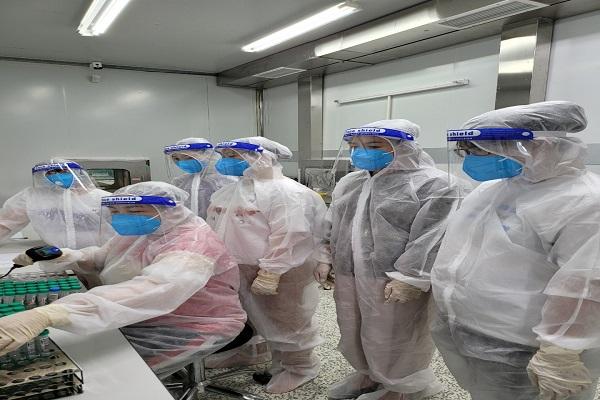 Tình nguyện viên Trường Cao đẳng Y tế Lâm Đồng làm nhiệm vụ tại Bệnh viện dã chiến TP Dĩ An